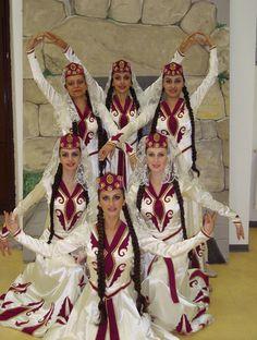 http://www.cg08.fr/var/plain/storage/images/a-la-une/les-danses-du-monde-s-invitent-a-carignan/674030-1-fre-FR/Les-danses-du-monde-s-invitent-a-Carignan.jpg