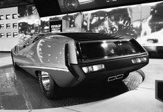 1970年の東京モーターショーにニッサン 270Xやニッサン 315Xとともに展示されたニッサン 126Xです。 未来の都市間での高速走行をイメージした4シーターのスタディモデルです。 幅の広いドアはルーフセンター部を軸に上に開くガルウイングタイプです。 前年の東京モーターショーに展示されたニッサン スタイリング実験車はこちらをご覧ください。→Nissan Styling Study 1969 翌年の東京モーターショーに展示されたニッサン 216Xはこちらをご覧ください。→Nissan 216X 1971  Nissan 126X  Tokyo The 17th Tokyo Motor Show 1970年撮影    Nissan 126X  Tokyo The 17th Tokyo Motor Show 19...