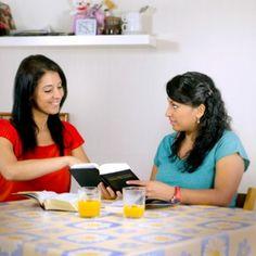 Raquel mostra um texto bíblico para uma mulher