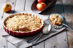 This cranberry apple crisp recipe is a great fall dessert that is both guilt-free and simple! Get a taste fall in this delicious dessert. Easy Apple Crumble, Apple Crumble Recipe, Apple Crisp Recipes, Apple Pie, Cinnamon Crumble, Apple Cinnamon, Caramel Apple Crisp, Caramel Apples, Köstliche Desserts