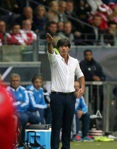 Joachim Loew z uniesioną ręką do góry melduje wykonanie zadania • Memy piłkarskie po meczu Niemcy vs Polska • Wejdź i zobacz więcej >> #low #football #soccer #sports #pilkanozna