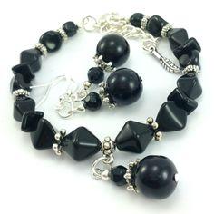 Komplet biżuteriidamskiej wykonany ręcznie. Kolczyki i bransoletkaz czarnych koralików szklanych jablonex i elementów w kolorze srebrnym.