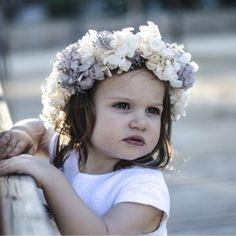 Tocado de #niña - Corona de hortensias para un vestido de #arras blanco o beige