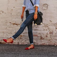 Chambray button-up, rolled skinny jeans and adorable pointed flats. Perfect weekend outfit.