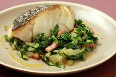 Découvrez cette recette de Pavé de cabillaud poêlé, blettes blanches et vertes étuvées au lard paysan expliquée par nos chefs
