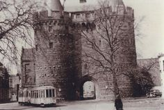 1953: Eine Straßenbahn (TW 22) fährt am Obertor entlang.