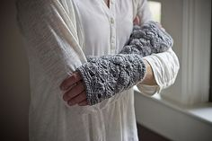 Fantail Handwarmers pattern by Sian Brown