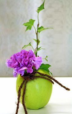 http://holmsundsblommor.blogspot.se/2010/09/tva-applen-och-en-paprika.html Bordsdekoration i äpple med nejlika och murgröna