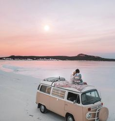 Sunsets are the best during this time of year. Wouldn't you guys agree? Tag your favorite camping partner! Beach Aesthetic, Travel Aesthetic, Wolkswagen Van, Kombi Home, Photo Vintage, Applis Photo, Usa Tumblr, Volkswagen Bus, Cute Cars