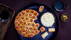Všimli jste siněkdy, žeurčité typy večírků nejsou prorafinované kulinární výtvory vhodné, zatímco tanejjednodušší jídla typu česnekovka nebo uzeniny nanich mají největší úspěch? Odhoďte projednou svémichelinské ambice azkuste naše párečky vtěstíčku! Starters, Finger Foods, Waffles, Dip, Food And Drink, Pizza, Cooking Recipes, Baking, Dinner