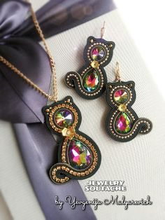 Soutache Jewelry, Brooches Handmade, Fall Wreaths, Shibori, Beaded Embroidery, Beading Patterns, Seed Beads, Pendant Necklace, Earrings