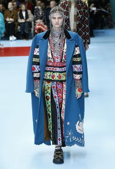 See all the Collection photos from Gucci Autumn/Winter 2018 Ready-To-Wear now on British Vogue Quirky Fashion, Colorful Fashion, High Fashion, Fashion Show, Womens Fashion, Fashion Design, Fashion Fashion, Fashion 2018 Trends, Trends 2018