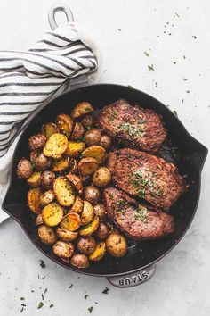Garlic butter steak and potatoes skillet creme de la crumb Parmesan Crusted Steak, Garlic Butter Steak, Steak Potatoes, Skillet Potatoes, Veggie Ramen Recipe, Spaghetti Pie Recipes, Curried Lentil Soup, Creamy Chicken And Rice, One Pan Meals
