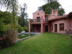 Hermosa casa en B° privado - Con pileta - Terreno: 1.200 m2 - Superficie cubierta: 200 m2