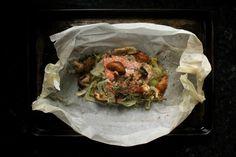 salmón, hinojo, hongos, en papillote