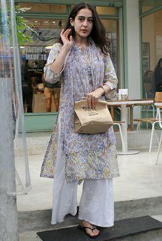 Sara Ali Khan at kitchen garden. Salwar Kurta, Salwar Dress, Shalwar Kameez, Pakistani Dresses, Indian Dresses, Indian Outfits, Indian Attire, Indian Wear, Casual Indian Fashion