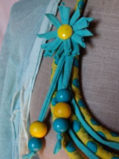 collier tissu à pois , perles - dominante turquoise et jaune