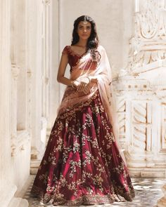 Ideas Bridal Lehenga Reception Style For 2019 Indian Bridal Outfits, Indian Bridal Lehenga, Indian Bridal Fashion, Indian Bridal Wear, Indian Designer Outfits, Indian Designers, Wedding Lehnga, Desi Wedding Dresses, Wedding Mandap