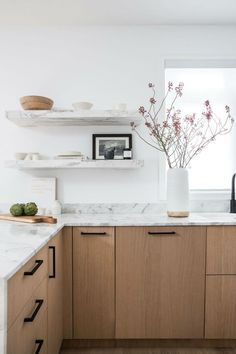 Kitchen decor trends - A Quick Guide to Open Shelves in a Minimal Kitchen – Kitchen decor trends Home Decor Kitchen, Interior Design Kitchen, Kitchen Furniture, New Kitchen, Home Kitchens, Kitchen Decorations, Kitchen Ideas, Awesome Kitchen, Kitchen Tips