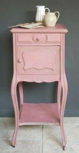 Een brocant kastje met Annie Sloan krijtverf kleur Scandinavian Pink dit is een traditionele kleur die je veel ziet op Zweedse meubels gaat goed samen met Annie Sloan krijtverf Cream en Annie Sloan krijtverf Versailles. Wij adviseren u wel om alle meubels te behandelen met Annie Sloan Soft Wax