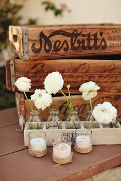 vintage crates with simple white flowers and candles. Cageots Vintage, Vintage Crates, Old Crates, Vintage Theme, Wooden Crates, Wooden Boxes, Vintage Props, Vintage Bottles, Vintage Bridal