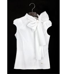 White Shirt by Carolina Herrera - The white blouse is a must in any closet garment female. It's a versatile piece that can be used in countless occasions and always make you look good! Carolina Herrera, Style Work, My Style, Curvy Style, Fashion News, Fashion Outfits, Fashion Trends, Classic White Shirt, Mode Chic