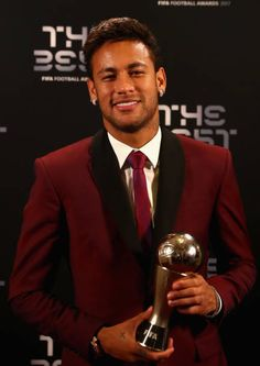 Neymar poses with his award after being included in the team of the year during The Best FIFA Football Awards at The London Palladium on October 2017 in London, England. Get premium, high resolution news photos at Getty Images Neymar Psg, Messi And Neymar, Lionel Messi, Messi Son, Neymar Football, Messi Soccer, Solo Soccer, Soccer Tips, Nike Soccer