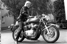 Anke-Eve Goldmann with her last MV Agusta, a 1976 Hansen type special, with large carbs an four-in-one race exhaust. Her model was the first MV with light alloy rims and three disc brakes. The large carbs stepped up hp to almost 100 which allowed her to easily pass the 200km/h barrier