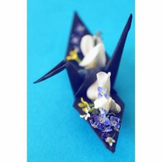 "#139 ""Mondays are not that bad"" crane  #origami #origamiart #origamiproject #origamicrane #papercrane #papercrane #paperart #paperfolding #1000cranes #365project #minimal #minimalist #floral #flowers #miniature #tiny #small #arrangement #floralarrangement #senbazuru #tsuru #craftsposure"