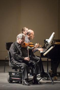 Sobre nuestro escenario, uno de los artistas más brillantes y alabados del siglo: el violinista israelí-estadounidense Itzhak Perlman junto al pianista Rohan De Silva. Foto: Patricio Melo