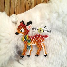 Comment tisser un faon en brick stitch ? L'automne approchant, How to weave a fawn in brick stitch? Bead Embroidery Patterns, Beaded Embroidery, Beading Patterns, Crochet Patterns, Beading Projects, Beading Tutorials, Seed Bead Crafts, Beaded Crafts, Beaded Banners