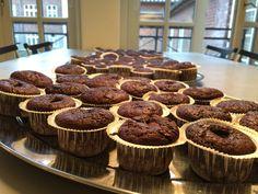 Så fik vi bagt de eftertragtede muffins a'la McDonalds Ingredienser (ca. 16 stk.): 125 g. mørk chokolade 250 g. mel 1 tsk. natron 220 g. sukker 50 g. kakao 1 tsk. vanilje 1,25 dl. mælk 100 g. smeltet smør 2,5 dl. tykmælk 1 æg ca. 20 stk.SMIL chokolade el. skildpadder Fremgangsmåde: Tænd ovnen på 200…