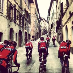 historic European streets make everything look hotter Bicycle Race, Bike Run, Road Bike, Cycling Art, Cycling Bikes, Winter Cycling, Bike Poster, Push Bikes, Cycling Motivation