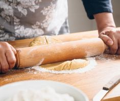 Kissé fáradságos a készítése, de érdemes begyakorolni. Gyúrt tészta az alapja sok aprósüteménynek és gyümölcstortának, továbbá az olaszos tésztaételek is házi pastából a legfinomabbak. Hot Dog Buns, Hot Dogs, Bread, Ethnic Recipes, Food, Eten, Bakeries, Meals, Breads