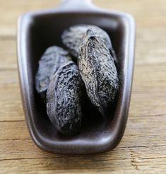 Immer wieder stolpert man in Rezepten über die Tonkabohne, doch über die Verwendung in der Küche herrscht große Unsicherheit. Wir klären auf.
