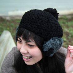 大きなぽんぽんと、ほわほわの耳あてが可愛いベレー。左の耳あてにはさりげなくドイリーのお花がついています♪素材:ウール、ポリエステル、ナイロンサイズ:M(仕上がりサイズ:60cm/ヌードサイズ:55~56.5)