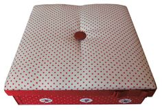 2. Caixa Patchwork quadrada vermelha com tampa almofadada. Área Interna: LxCxA = 20 x 20 x 5,00. Preço: 50,00.