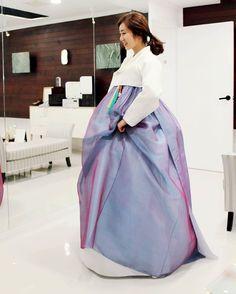 담소 .. 카피도 많았던 한복이지만 아직까지도 서담화 신부님들한테 사랑받는 디자인.. 울신부님 예쁘네요 ^^~ #결혼식한복