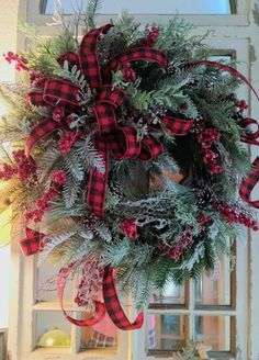 Christmas wreath ideas to make for the front door, windows, walls, and around the home. Christmas Wreaths For Front Door, Holiday Wreaths, Winter Wreaths, Christmas Centerpieces, Outdoor Christmas Decorations, Noel Christmas, Rustic Christmas, Elegant Christmas, Theme Noel