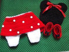 Conjunto exclusivo da Minnie feito ponto a ponto à mão. Composto de um short-saia regulável, um par de sapatilhas e um gorrinho fofo da minnie. Atenção, confeccionamos esse kit apenas para o tamanho recem nascido R$ 160,00