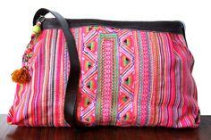 Une grande besace ethnique avec sa joliebandoulière en cuir est très confortable à porter. Un