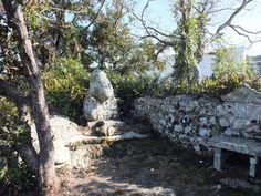 飛鳥神社の鯨石。この神社はこじんまりとしていますが、存在感があります。