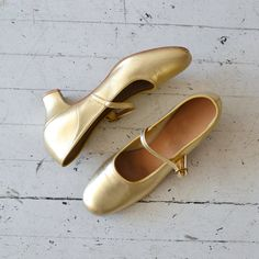 60s mary jane shoes / 1960s shoes / Goldie mary by DearGolden
