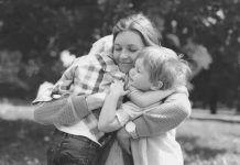 Πόσο ευεργετική είναι η αγκαλιά σε κάθε στάδιο ανάπτυξης ενός παιδιού;
