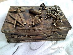 Caixa Grande - Tema: Maquiagem - Apliques diversos - Finamente decorada - A decoração varia em cada peça, mas sempre no mesmo estilo - Peças artesanais feitas com carinho R$135,00
