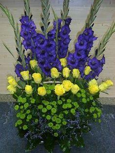 Smuteční kytice z gladiol, růží, zelených santinek