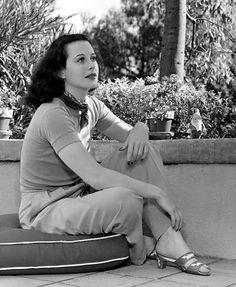 Hedy Lamarr (Hedwig Eva Maria Kiesler- 1914) Actriz, Ingeniera e inventora austriaca. Conocida como la mujer más hermosa de la historia del cine y famosa por ser la inventora  del Espectro Ensanchado: tecnología del 'bluetooth' y el WiFi.