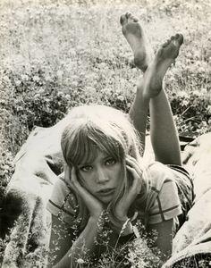 Pattie Boyd. Posing.
