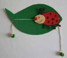een lieveheersbeestje op een blad van ribbelkarton.....en het kan óók nog lopen...;)