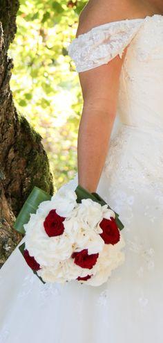 Un bouquet de mariée en blanc et rouge, avec de l'hortensia et des roses rouges.  Bride bouquet, hydrangea, hortensia, wedding, white, red, Déco Ré Majeur, Lyon.